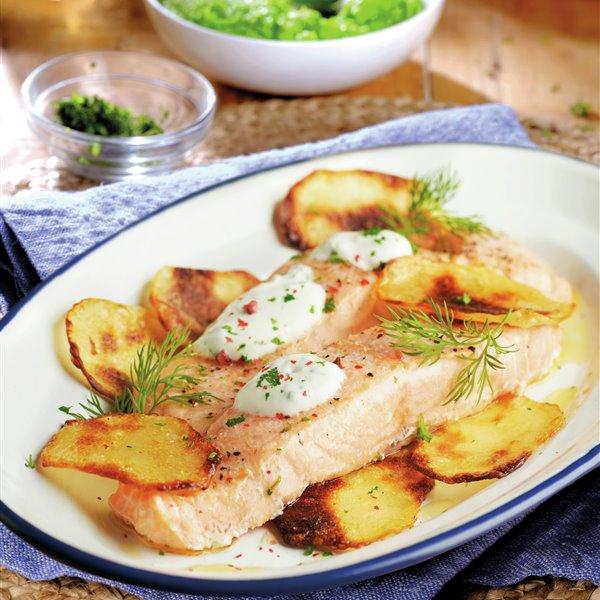 Salmón al horno con patatas chips y salsa de yogur