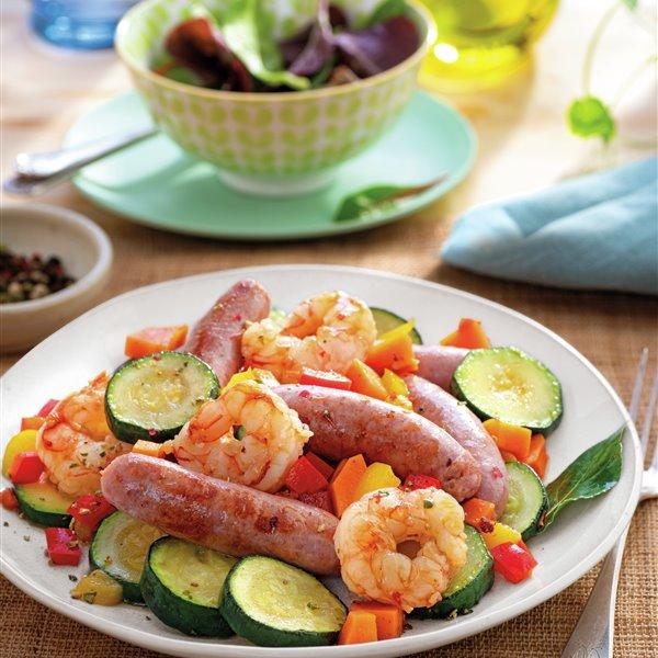 Salteado de verduras con butifarra fresca y gambones