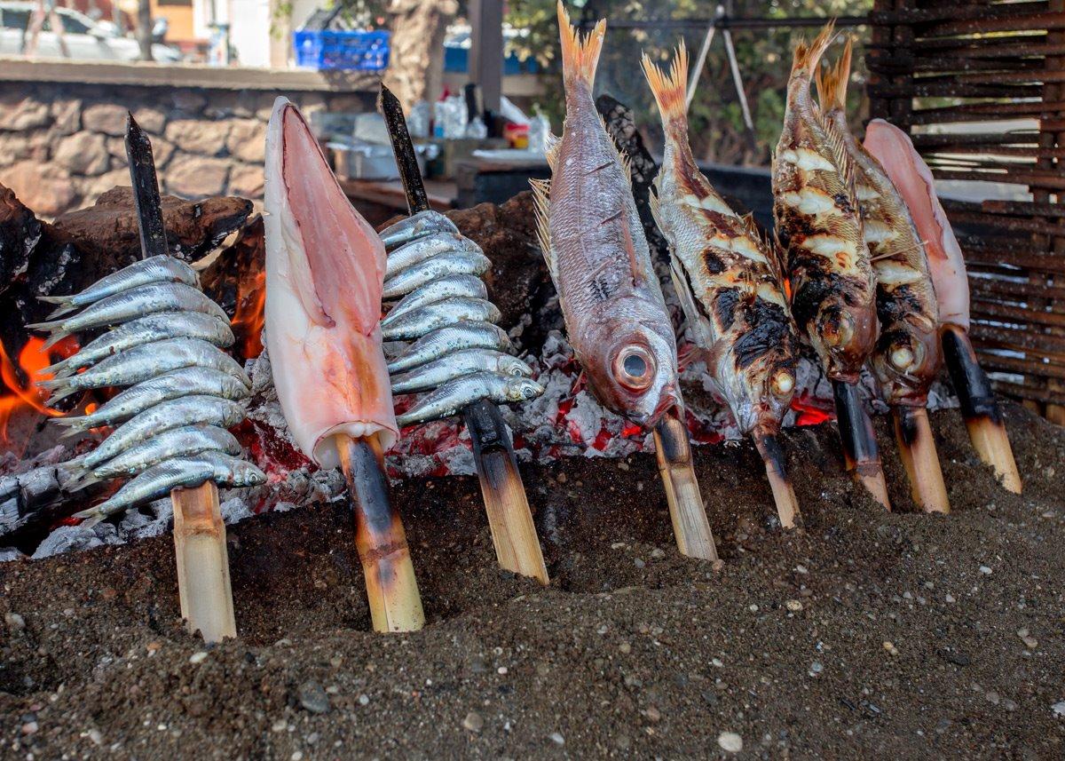 Diferentes pescados en espetos