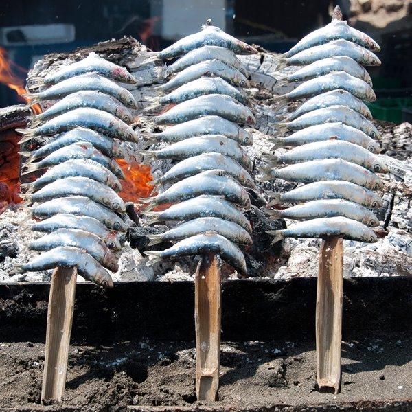 El espeto perfecto. Cómo ensartar y asar las sardinas (y otros pescados) a la brasa como un malagueño
