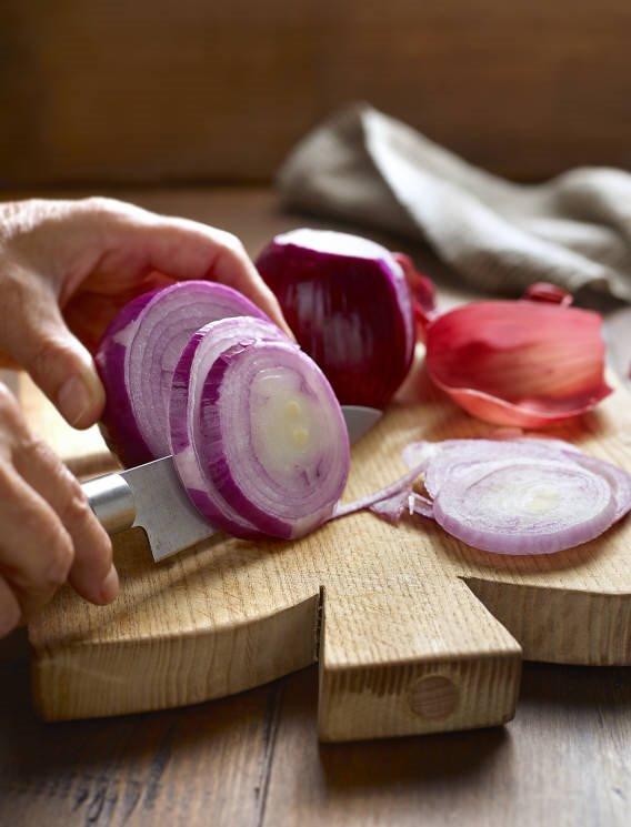 2. Corta y dora la cebolla