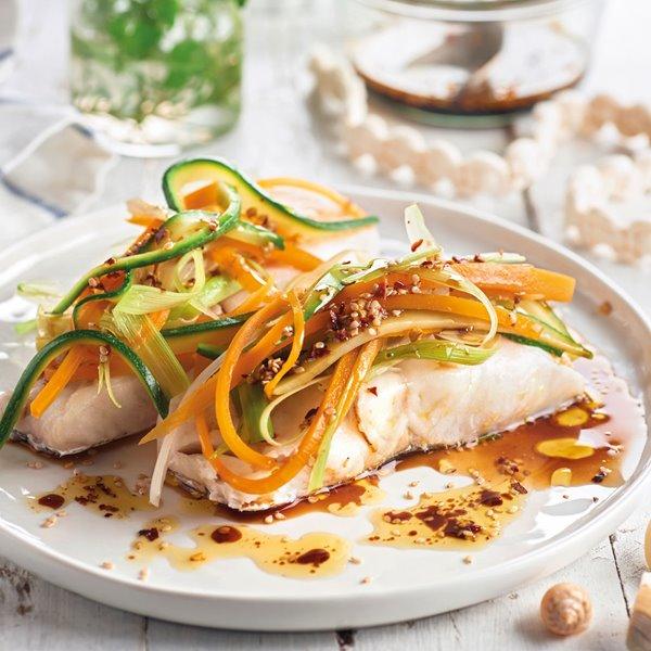 Merluza al vapor con verduras y salsa de soja