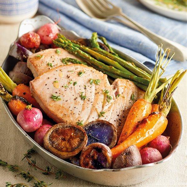 Bonito a la plancha con patatas y verduras al horno