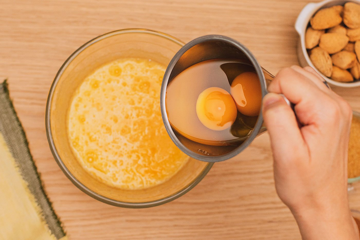 2. Incorpora los huevos
