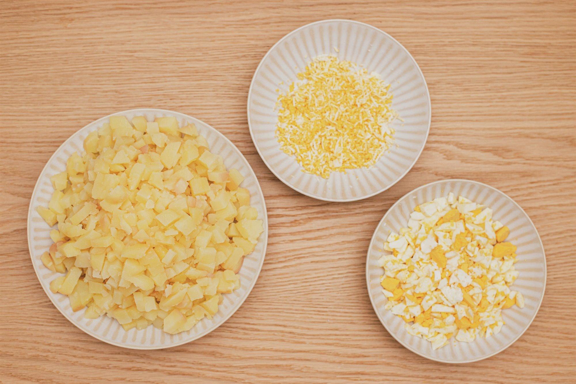 4. Corta y ralla huevo