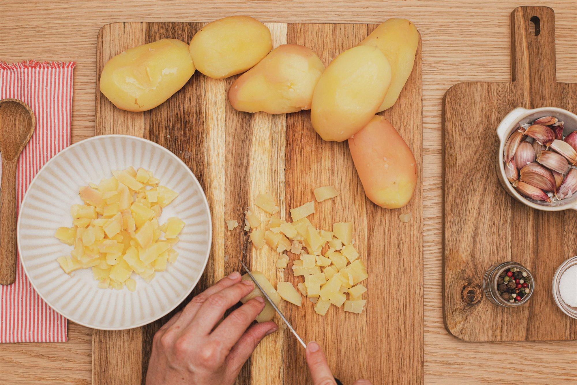 3. Corta las patatas