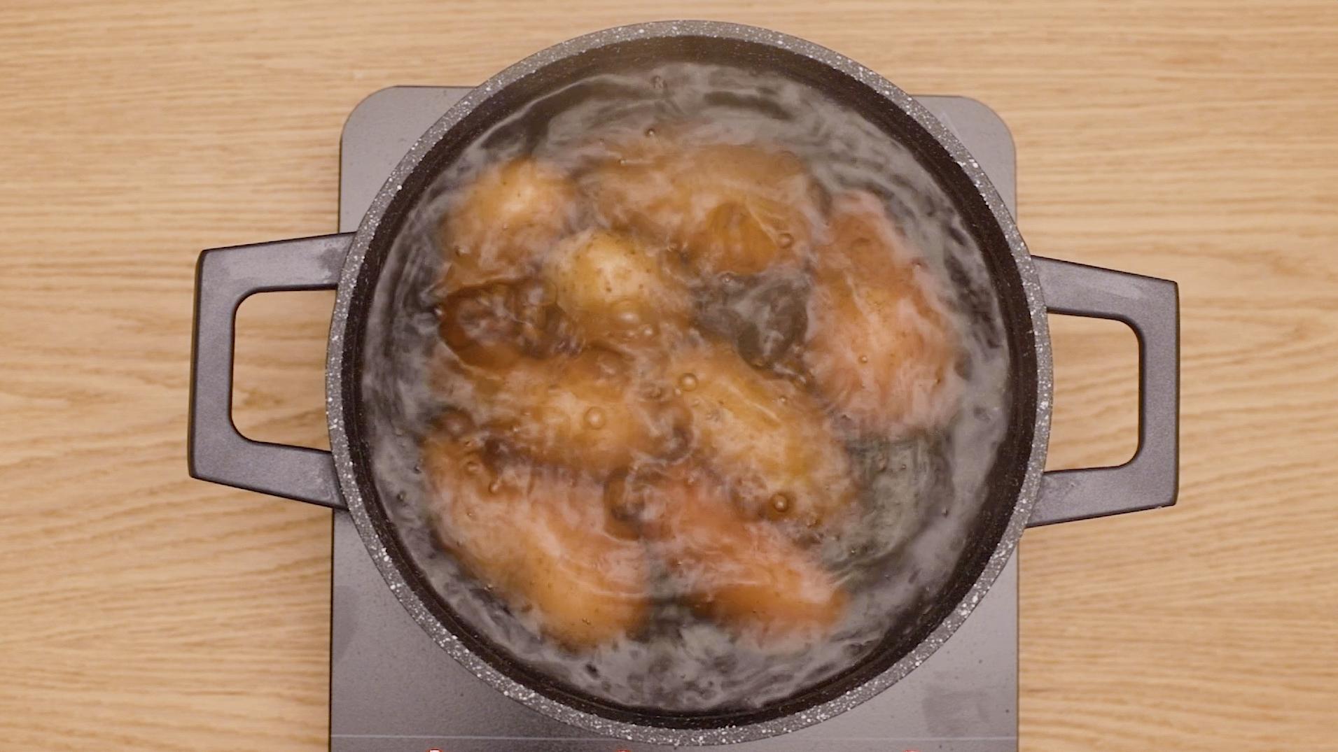 1. Cuece las patatas y los huevos por separado