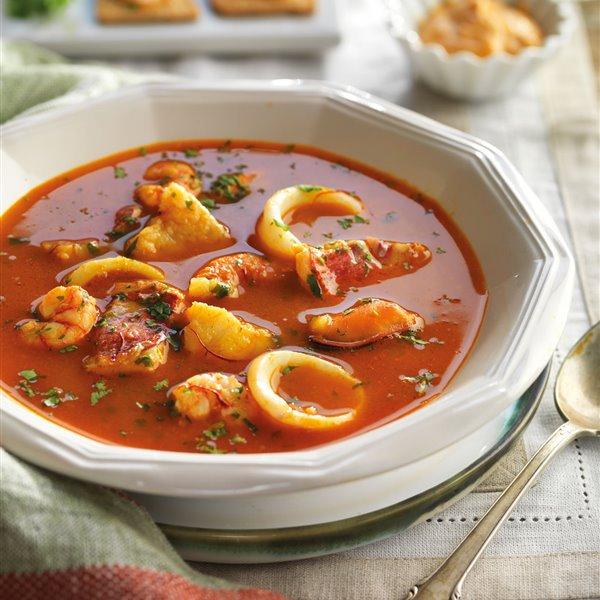 Sopa bullabesa con rape, mejillones y calamares, con salsa rouille