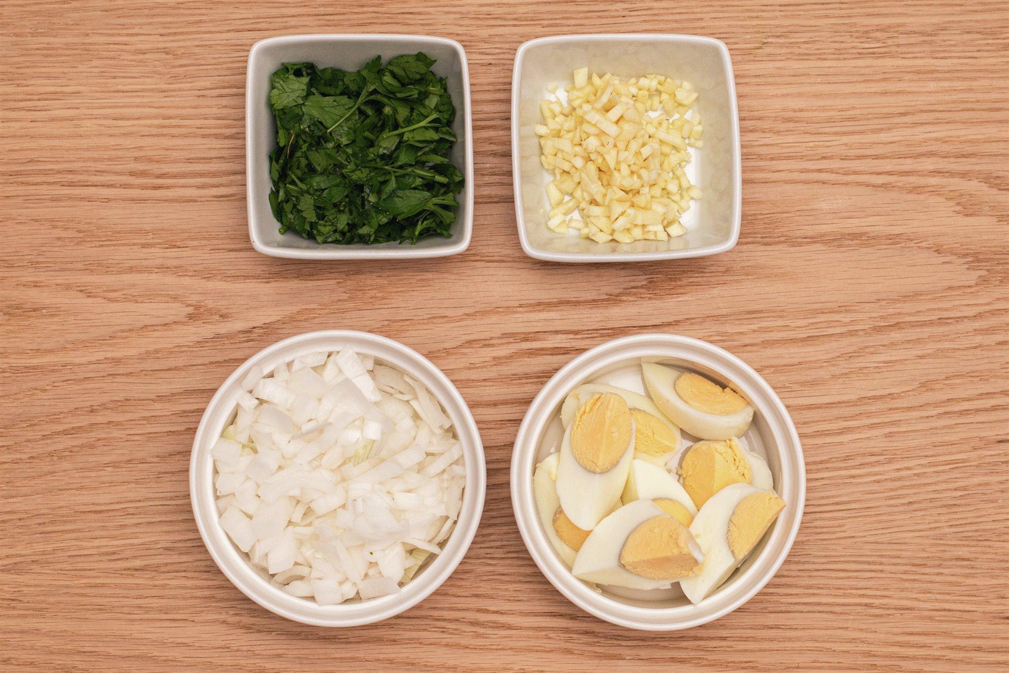 2. Pica la cebolla, ajo, perejil y los huevos