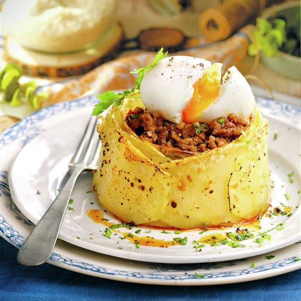 Corona de patata, carne y huevo mollet