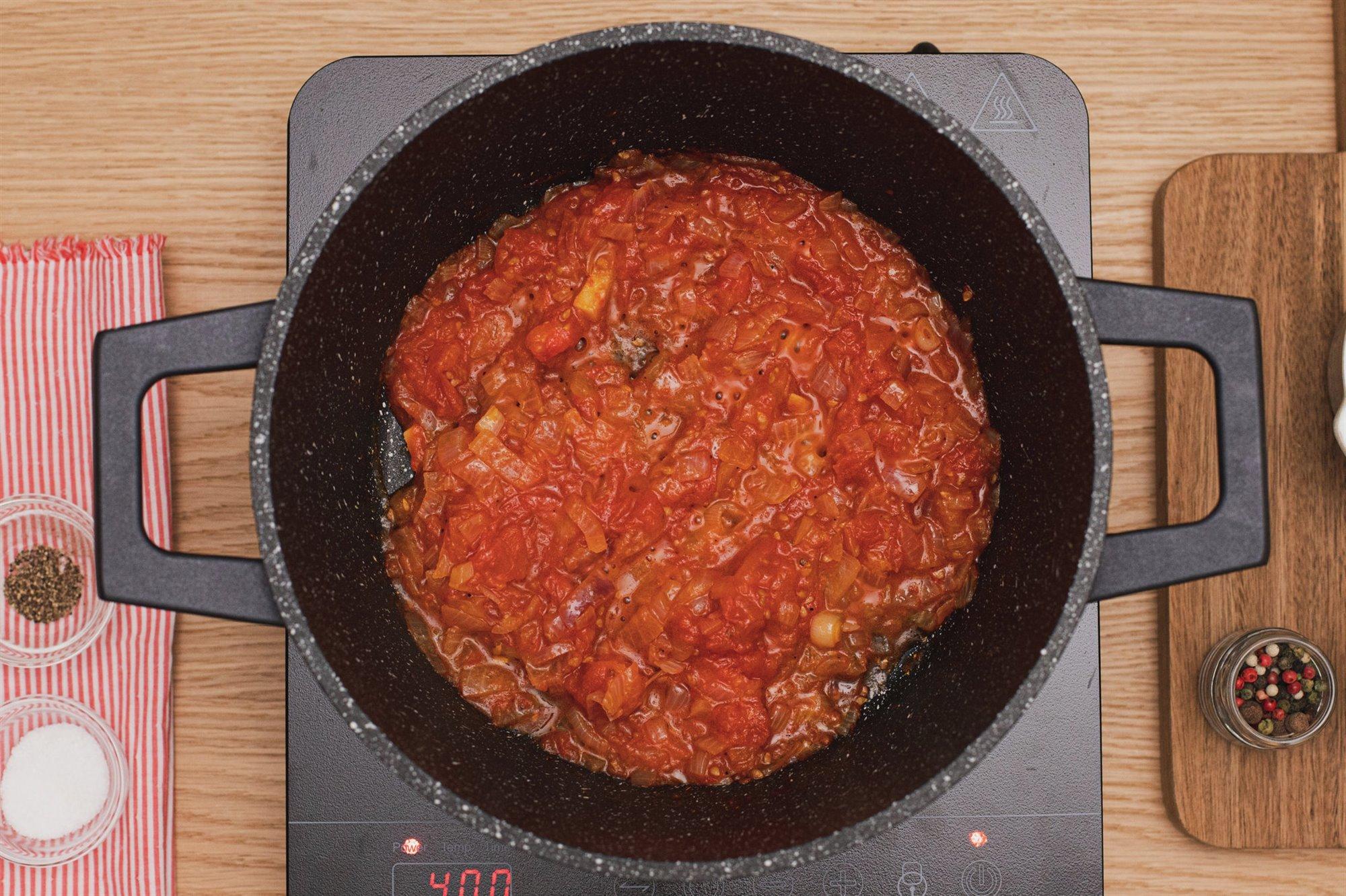 4. Sofríe los ingredientes de la salsa de tomate