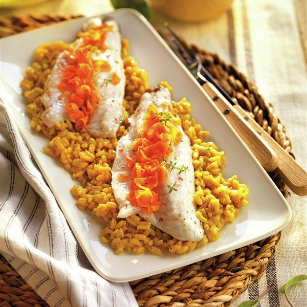 Dorada con crujiente de zanahoria y arroz al azafrán