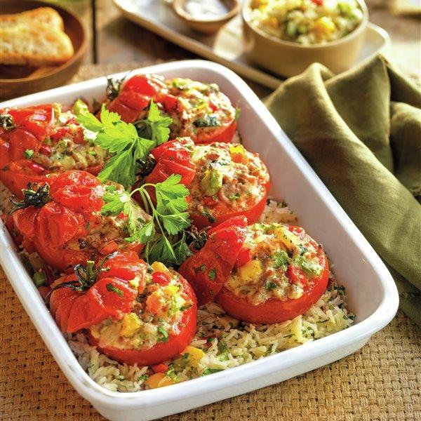 Tomates rellenos de carne sobre salteado de arroz