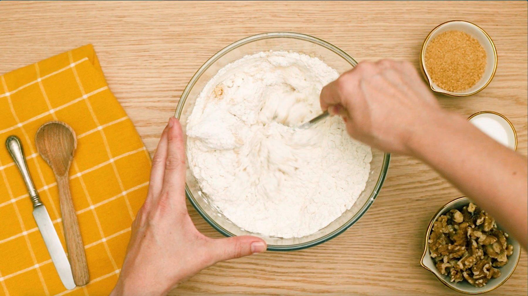 3. Remueve con una cuchara