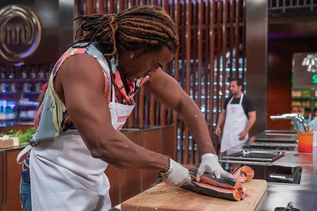 Yotuel cortando el salmón