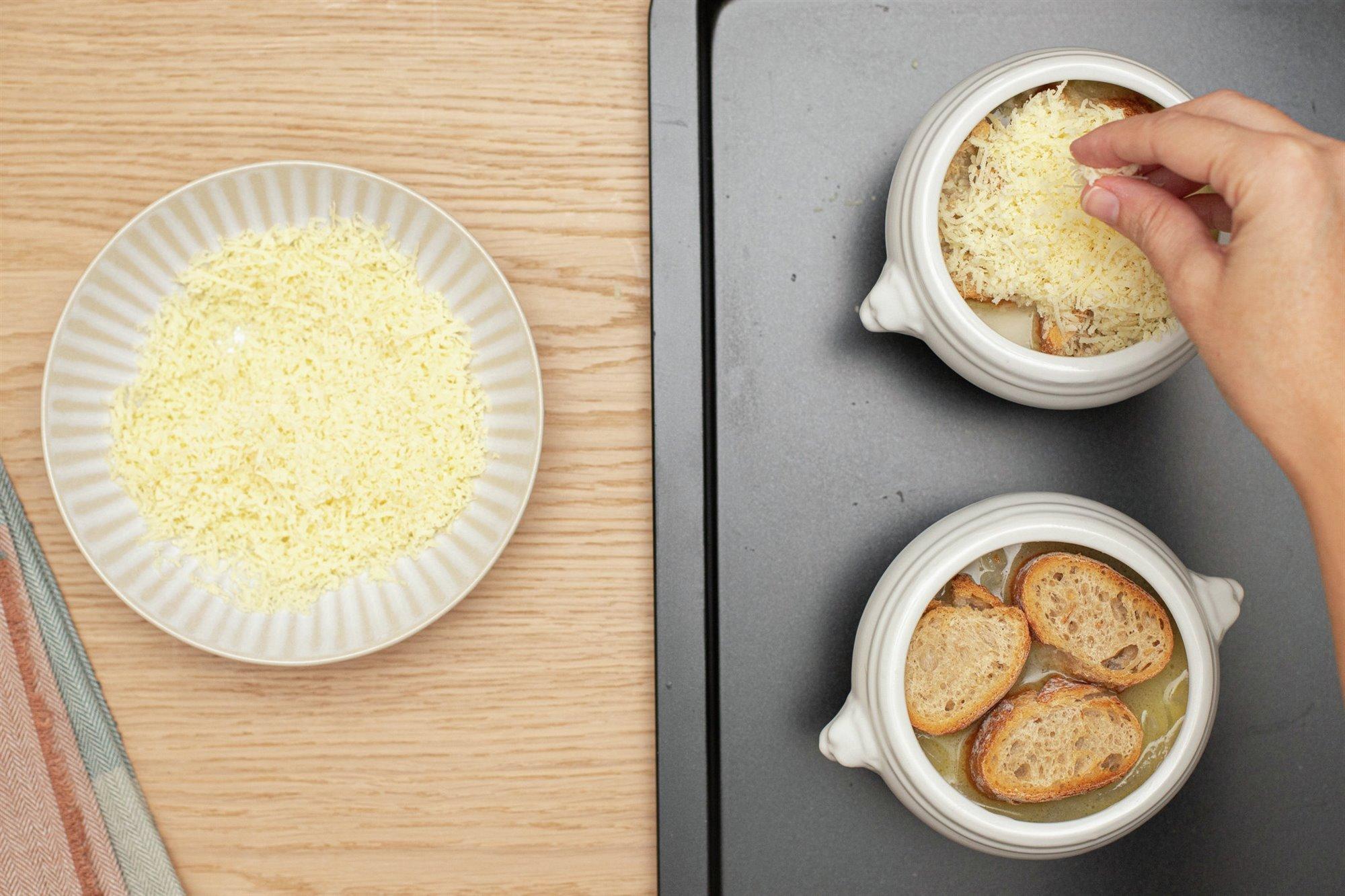 6. Añade el pan y el queso