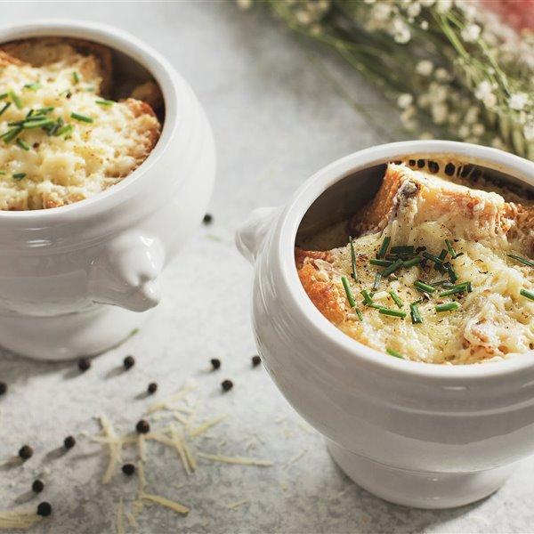 Sopa de cebolla gratinada, la más famosa y tradicional de Francia