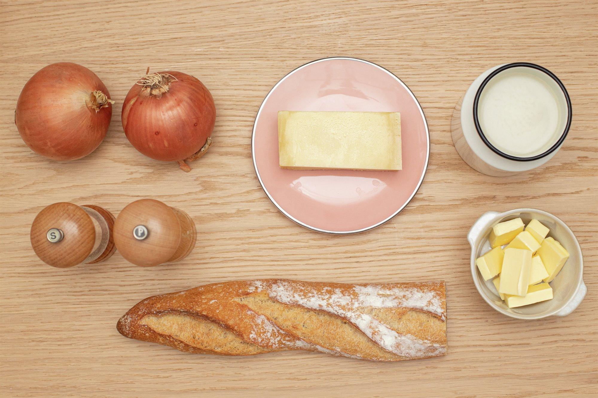 1. Corta rebanadas de pan y hornéalas