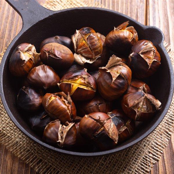 Cómo asar castañas (horno, microondas y sartén) y 7 recetas para cocinar con ellas